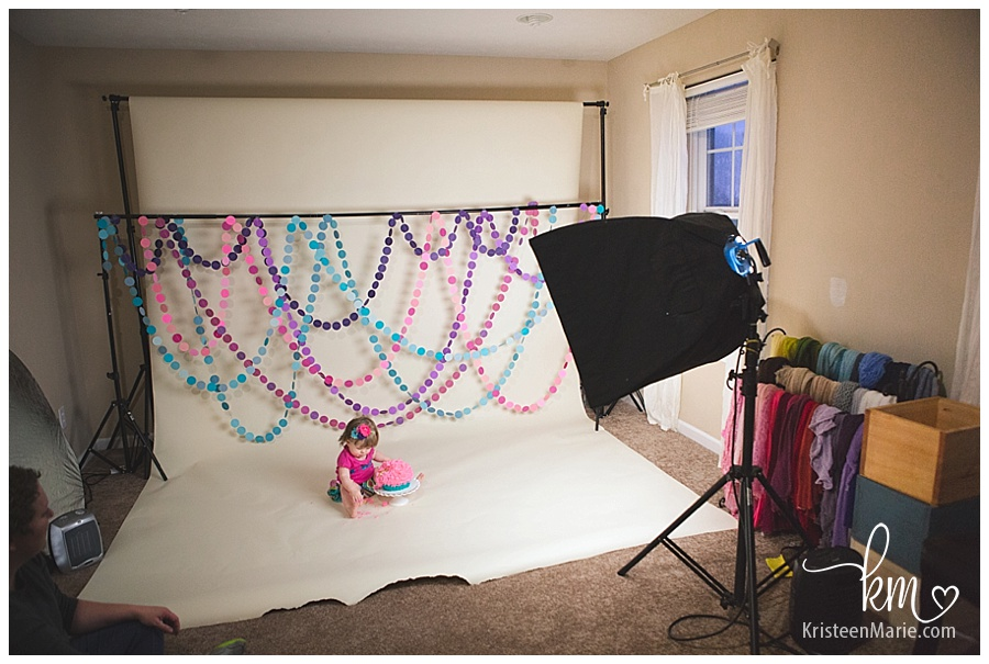 Behind the scenes of a cake smash session
