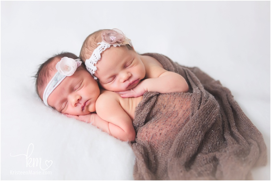 Noblesville twin newborn photographer newborn twins twin newborn girls sleeping newborn twin girls from nobisville