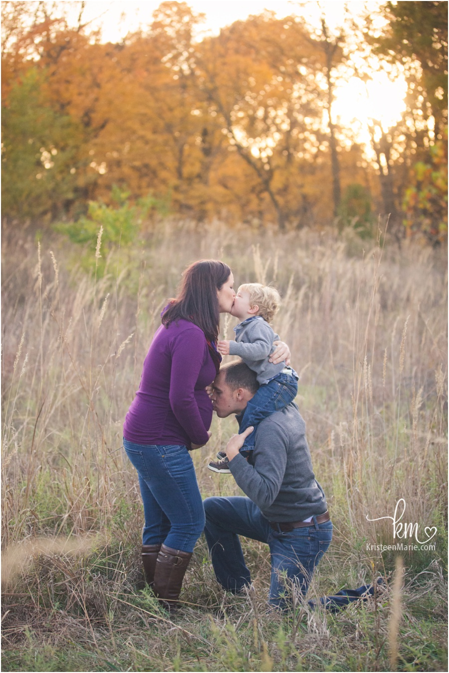 kissing picture during maternity session photography