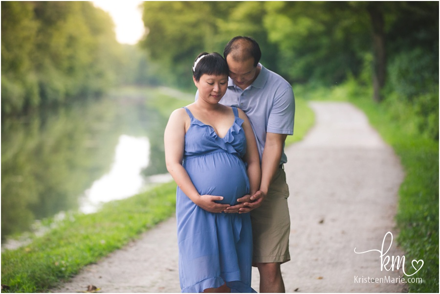 maternity pictures by water in Indianapolis