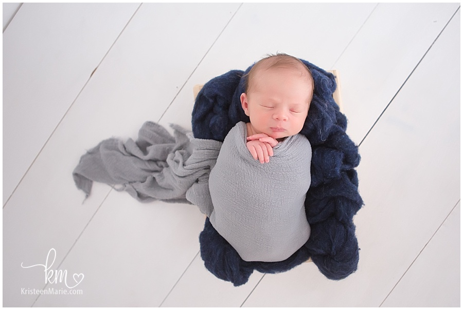 baby boy newborn photography with blue and grey/ newborn photography baby in a box/ newborn wood background