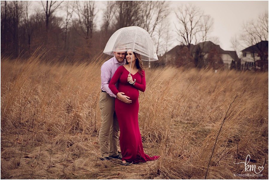 expecting parents in the rain for maternity pictures