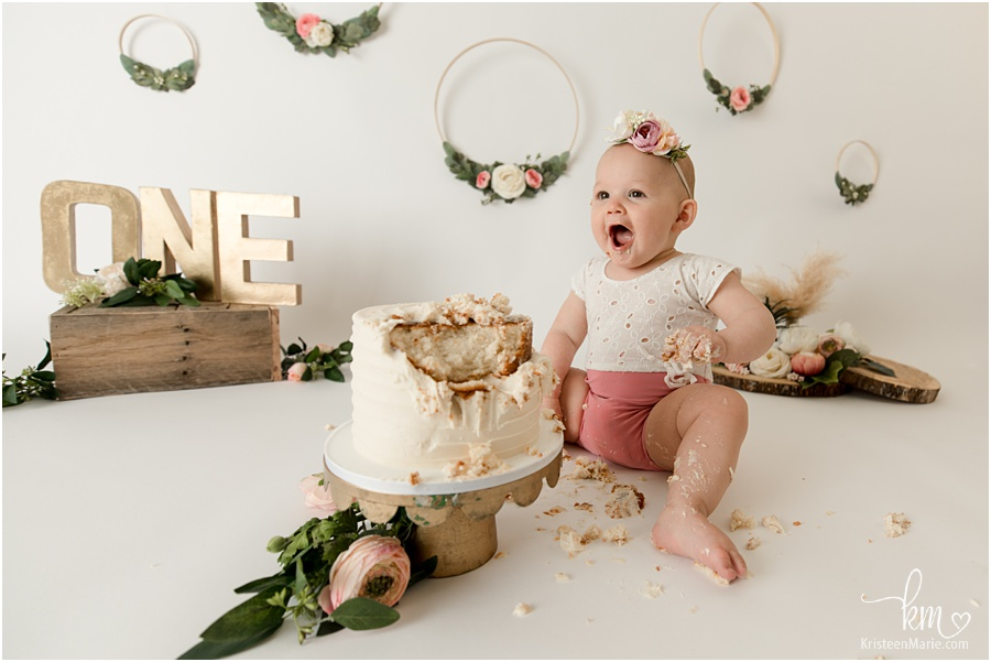 awsome cake smash picture - blush and gold boho with flowers